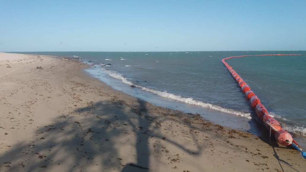 Barreiras para contenção da mancha de óleo são colocadas na foz do Jaguaribe